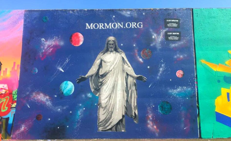 Misionero mormón comparte el evangelio con graffitis
