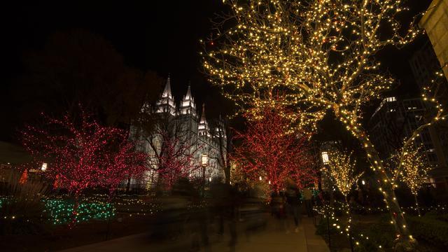 Mira qué hermoso está el Templo de Salt Lake City con las luces navideñas