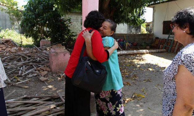 Líder De La Sociedad De Socorro Se Encuentra Con Sobrevivientes Del Terremoto En México