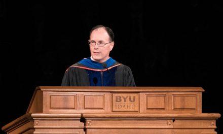 """El Obispo W. Christopher Waddell Alienta a los Graduados a """"Reducir la Velocidad"""" y Meditar"""