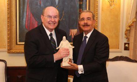 El presidente de República Dominicana recibe la visita de un apóstol mormón