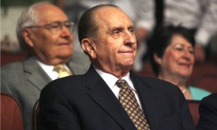 """New York Times"" responde a la petición de retractarse por el obituario de Thomas S. Monson"