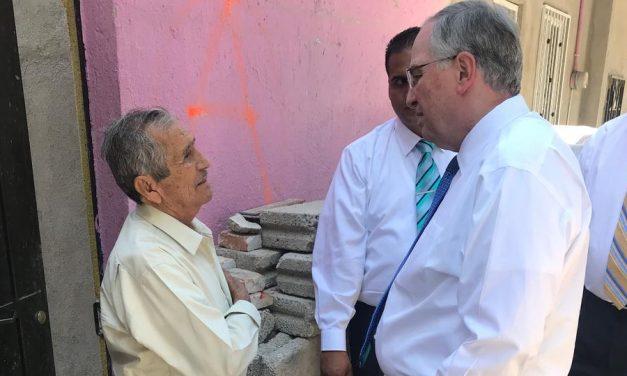 Apóstol mormón visita a sobrevivientes del terremoto en México