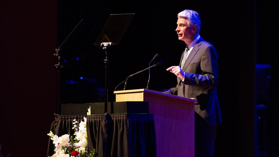 Importante líder mormón explica por qué la iglesia presta servicio en todo el mundo