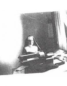 Piera trabajando como secretaria en el Vaticano