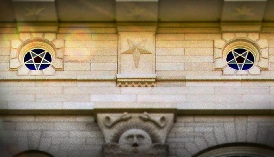 ¿Por qué hay estrellas invertidas en algunos templos mormones?