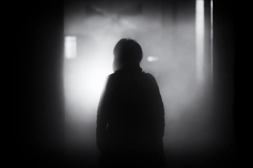 joven a oscuras