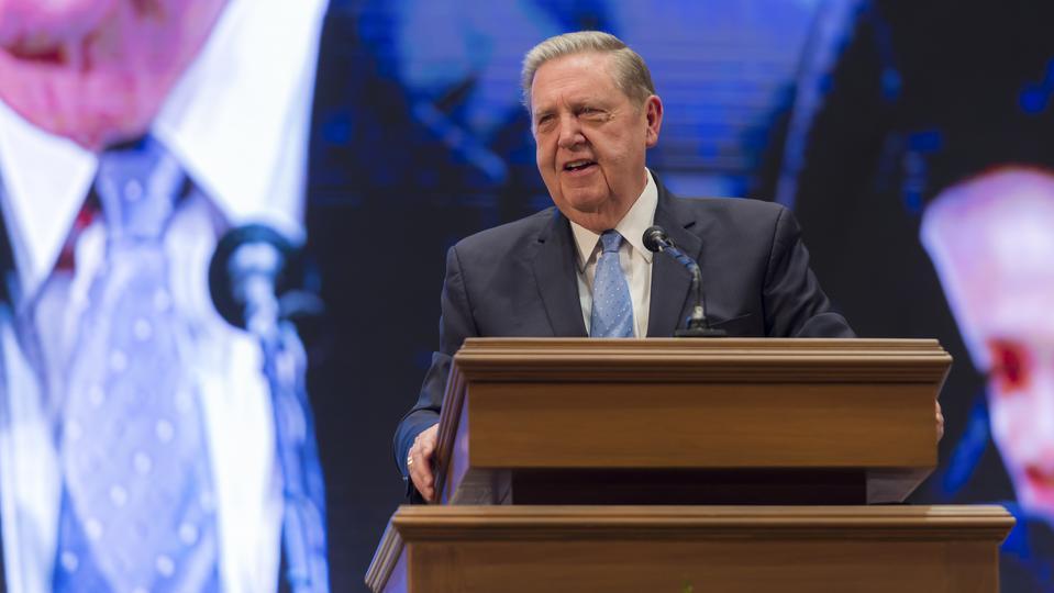 el presidente Nelson y élder Holland en Asia