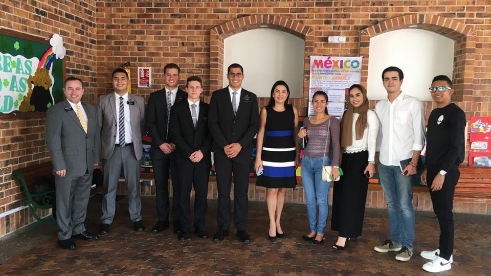 Líderes mormones, católicos, evangélicos y musulmanes reunidos con jóvenes en Colombia