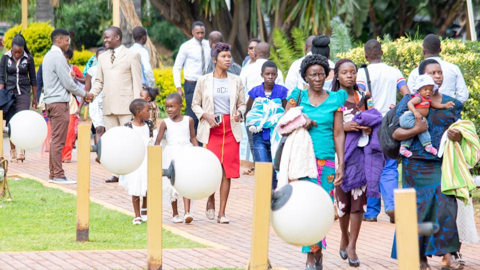 presidente Nelson con los niños en África