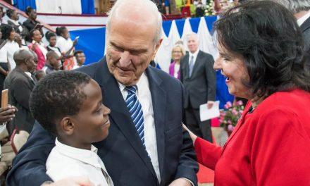 El presidente Nelson llega a África y bendice a los santos
