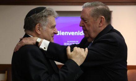 El tierno encuentro de élder Holland y líderes judíos en Argentina
