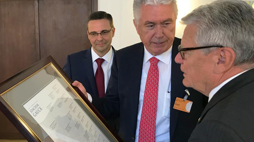 Ex presidente de Alemania recibe su historia familiar por parte del élder Uchtdorf
