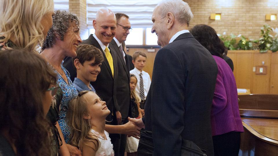 El presidente Nelson entrega bendición apostólica a los santos en Canadá