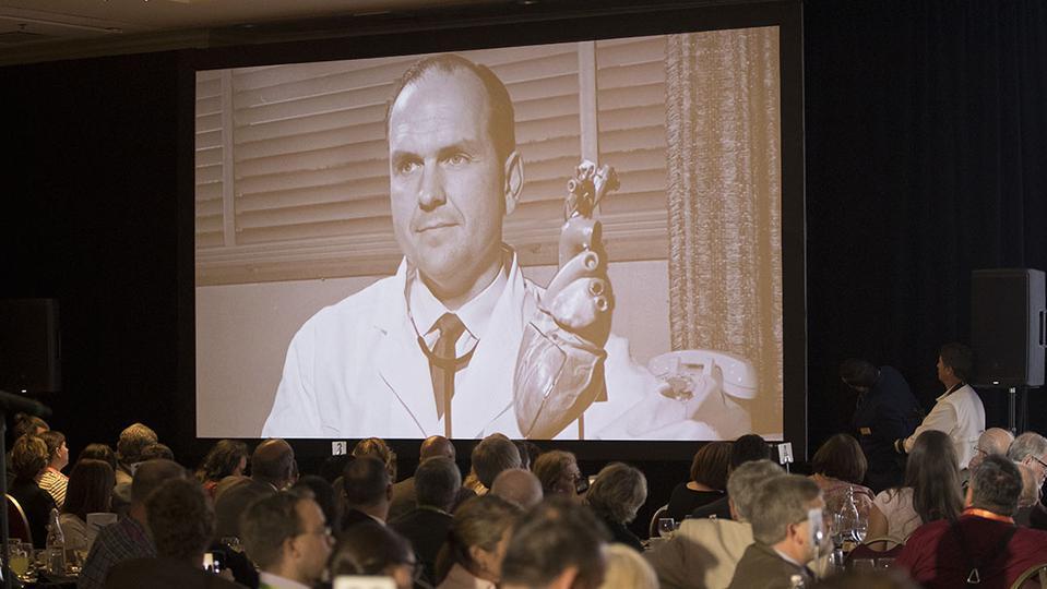 Presidente Nelson es honrado por su trabajo pionero en el campo de la medicina