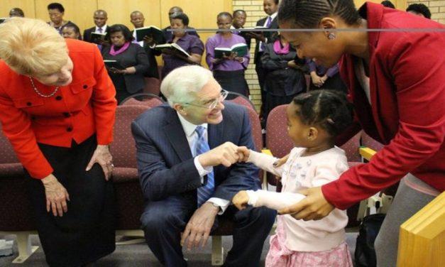 El Elder Christofferson habla sobre por qué necesitamos ser mejores aceptando la diversidad + Cómo fortalece a la Iglesia