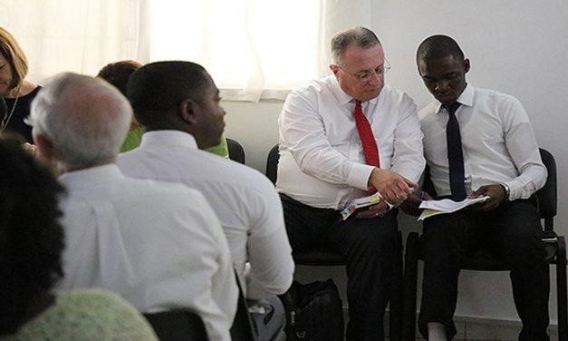 Elder Ulisses Soares y Elder Neil L. Andersen visitan la Iglesia en África Occidental