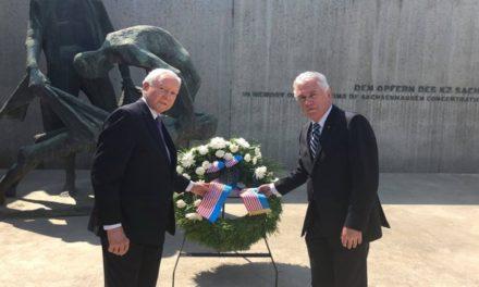 El Elder Uchtdorf visita un campo de concentración y comparte un mensaje inolvidable