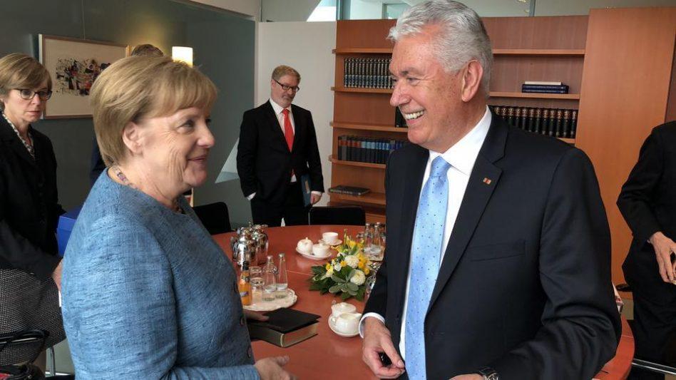 El élder Uchtdorf sostiene una grata reunión con Canciller alemán en Berlín