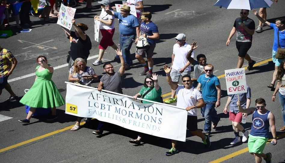La Iglesia de Jesucristo hace una donación al grupo de apoyo LGBTQ en favor a la prevención del suicidio