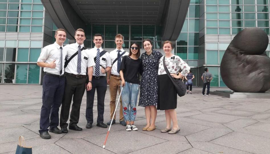 Misioneros mormones captados en una cámara escondida ayudando a una mujer ciega en Taiwán
