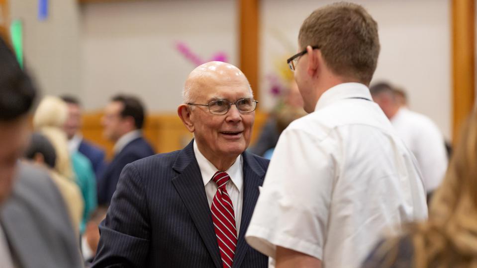El presidente Oaks se ocupa de la historia de la Iglesia, las cuestiones LGBT y enfermedades mentales