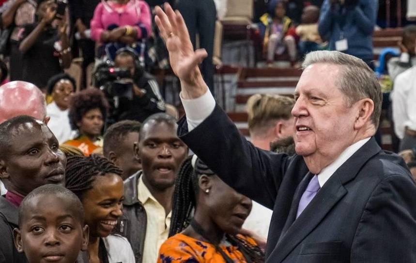 El mandato divino de los apóstoles para ser ministros, no administradores, y cómo éste los lleva por el mundo
