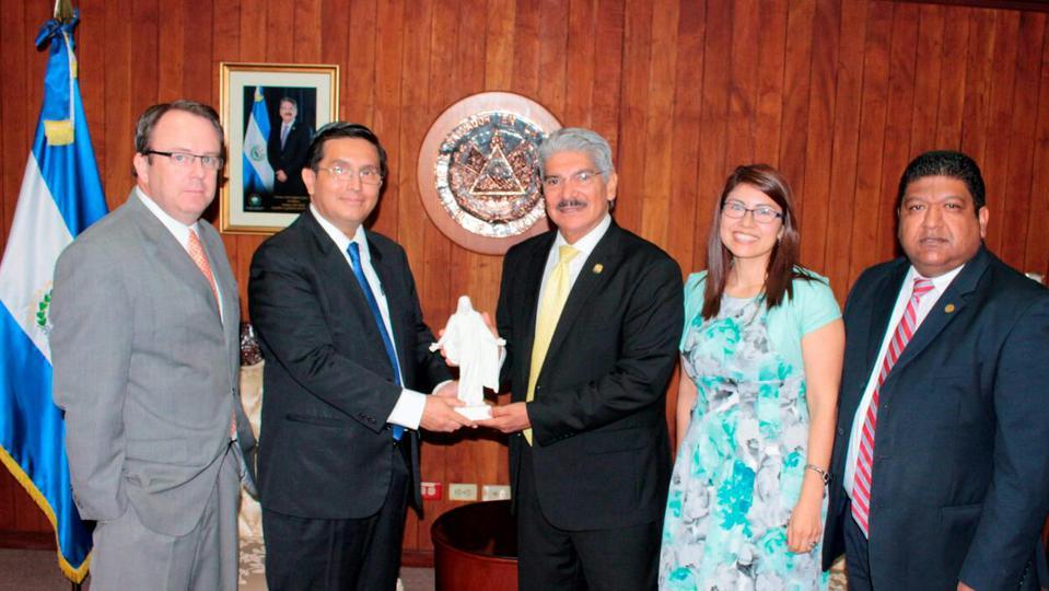 Líderes mormones y el Presidente del Congreso salvadoreño se reúnen para proteger a las familias
