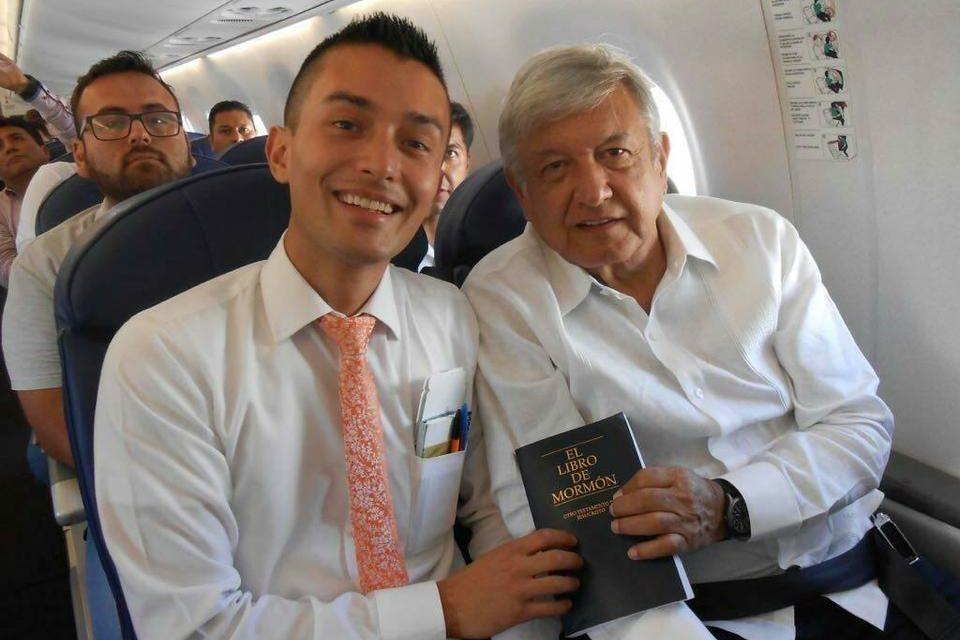 Misionero obsequia un Libro de Mormón al Presidente electo de México