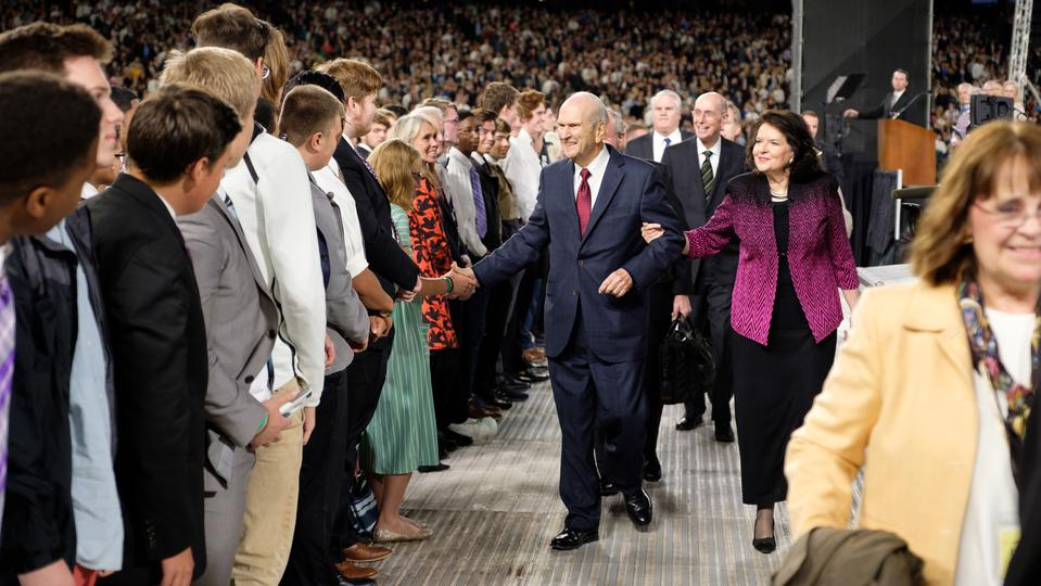 Cerca de 50 mil personas se reúnen para escuchar al Presidente Nelson