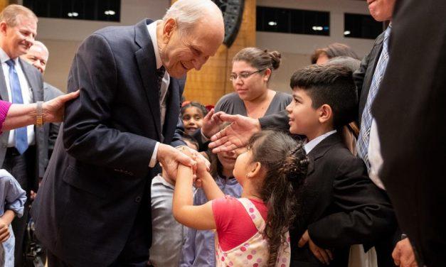 El Presidente Nelson ofrece una bendición apostólica en Paraguay
