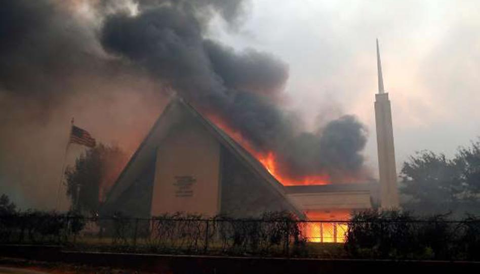 Un terrible incendio forestal acaba con las casas y capillas de los Santos en California