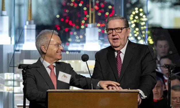 El Élder Holland se une al embajador de Paraguay para encender las luces de Navidad en D.C.