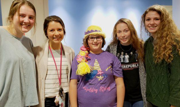 """""""Más que solo medicina"""": Cómo este proyecto de las Mujeres Jóvenes, que duró un año, trajo esperanza para los niños con cáncer"""