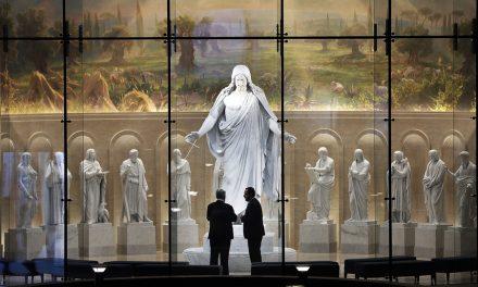 Apóstoles dirigen el primer recorrido del puertas abiertas por el Templo de Roma, Italia
