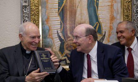 Un arzobispo y un Apóstol de la Iglesia de Jesucristo se reúnen en Mexico