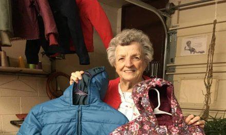 """""""Nadie tiene un récord como el de ella"""": Cómo una mujer de Utah confeccionó 1000 abrigos para un centro humanitario"""