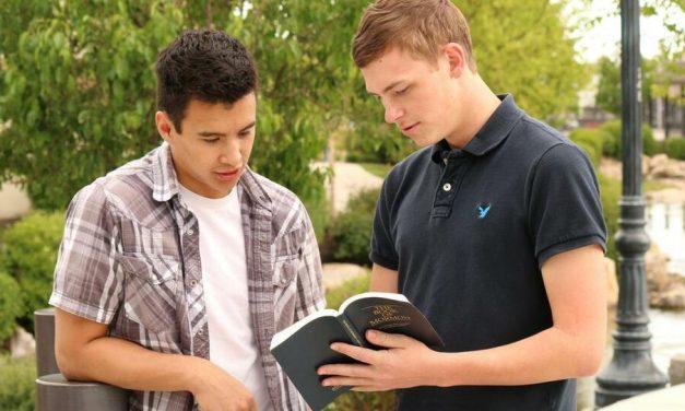 ¿Cómo puedo darle a un amigo el Libro de Mormón sin ofenderlo?