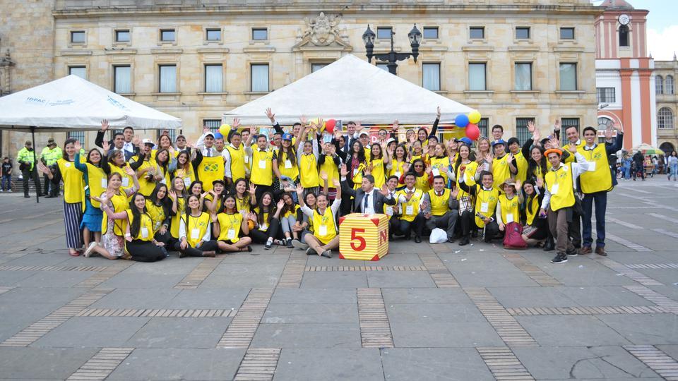 Decenas de Santos marchan en contra de la violencia infantil en Colombia