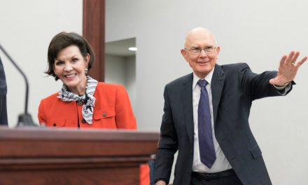 El consejo del Presidente Oaks para las jóvenes parejas casadas en Chicago sobre cómo enfrentar las preguntas que amenazan la fe