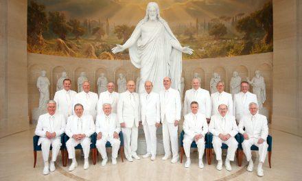 Foto histórica de la Primera Presidencia y el Cuórum de los Doce Apóstoles testifica que 'Dios vive' y 'Jesús es el Cristo'