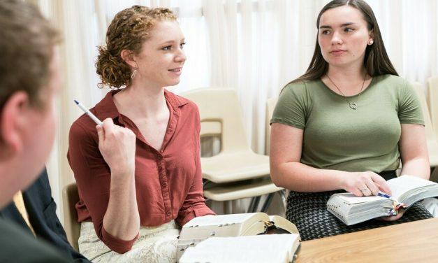 """2 profesores de religión de BYU analizan por qué """"Ven, Sígueme"""" debería ser el comienzo de nuestro estudio del Evangelio"""