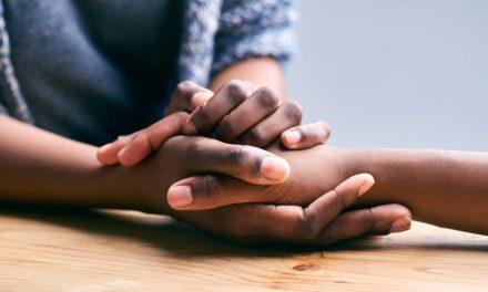 Cómo saber qué decir cuando alguien a quien amas está sufriendo