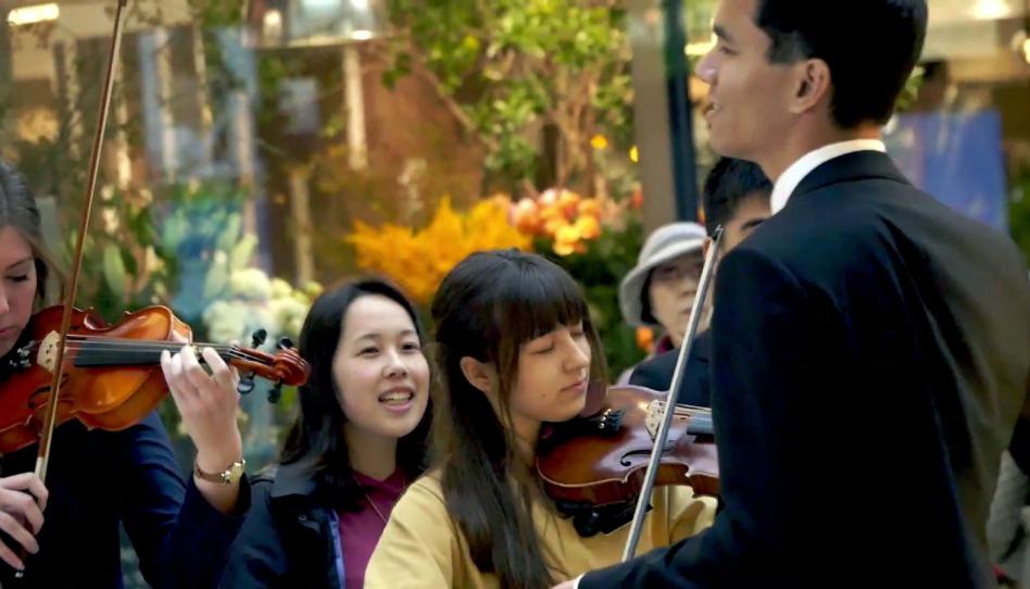 Mira: Casi 100 misioneros Santos de los Últimos Días se reúnen para cantar en una estación de tren de Japón