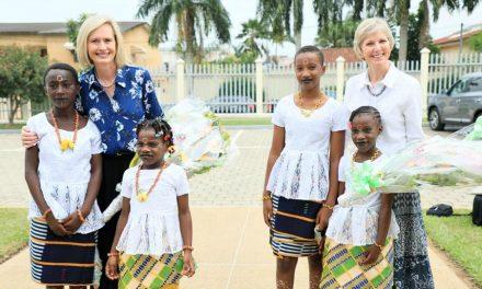 """""""Nos vamos con corazones renovados"""": La presidenta de la Sociedad de Socorro y de las Mujeres Jóvenes comparten sus perspectivas sobre su gira en África Occidental"""