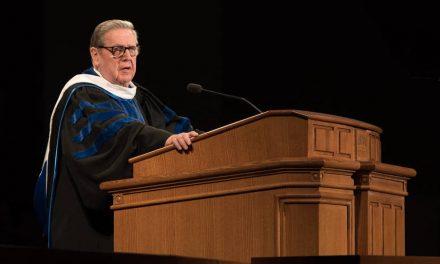 """""""Recuerden y nunca olviden"""": El Élder Holland les enseña a los graduados cómo tener garantizada la felicidad"""