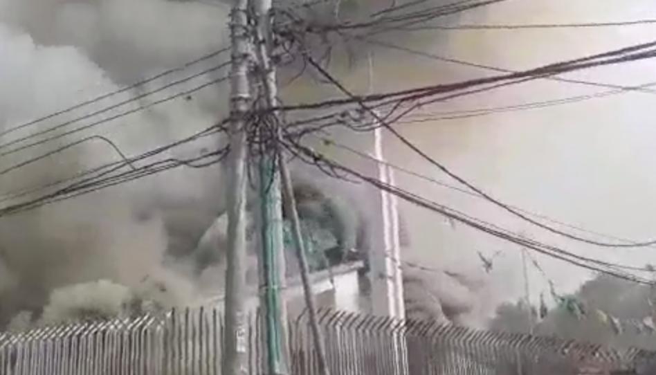 Incendio casi acaba con un centro de reuniones en Colombia