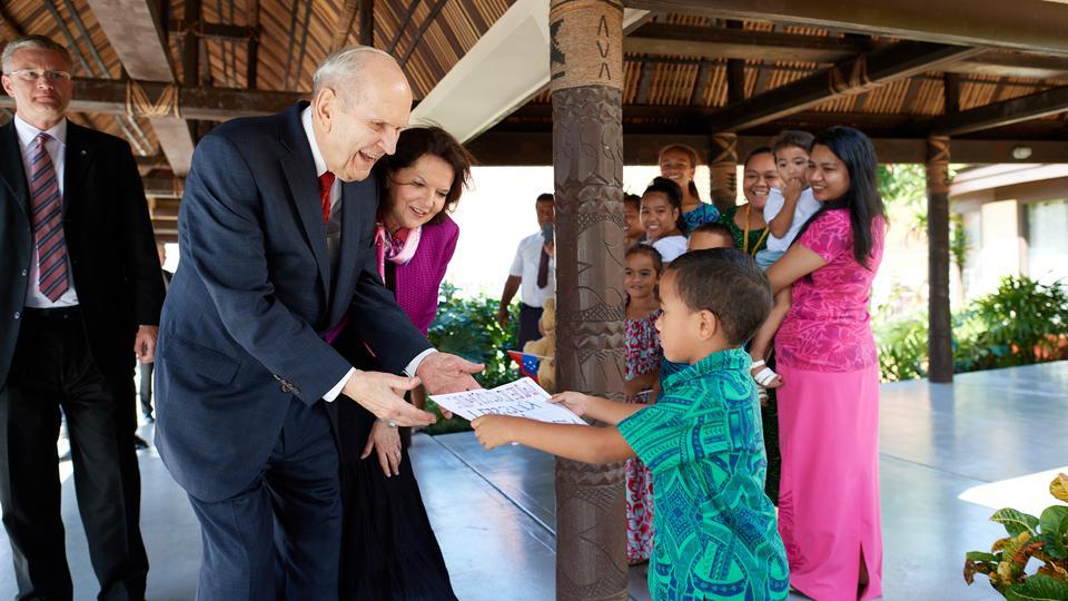 El presidente Russell M. Nelson, de La Iglesia de Jesucristo, advirtió a los samoanos para que ellos y sus hijos estuvieran a salvo.