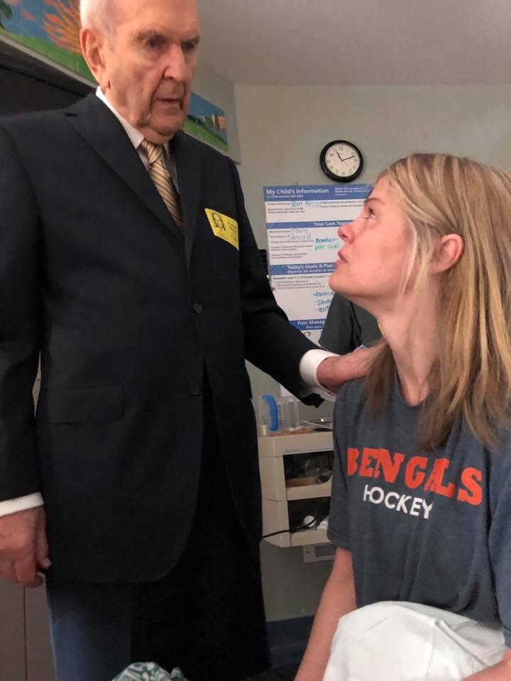 Presidente Nelson y joven con cáncer
