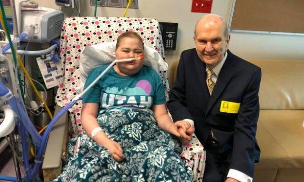 El presidente Nelson hace una visita sorpresa a una joven con cáncer